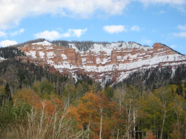 Pohled na skalní amfiteátr - hlavní atrakci v Cedar Breaks odspodu.