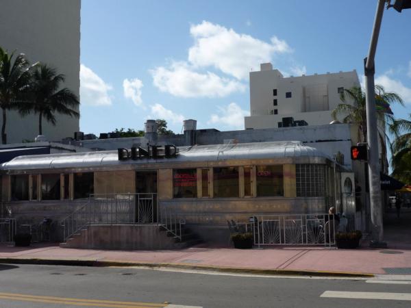 Art Deco kavárna ve stylu vagónu.