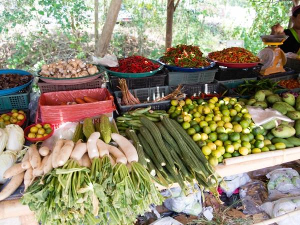 Na trhu - zelenina a ovoce. Kraluje chilli a limetky.