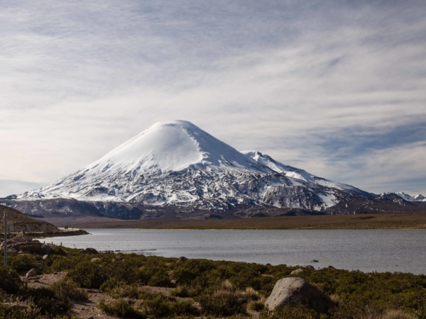 Sopka Parinacota 6342 m. V popředí jezero Chungara ve výšce 4560 m.