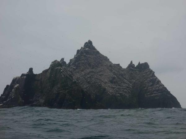 Míjíme skalisko jménem Little Skellig. vše na jižním cípu Irska.