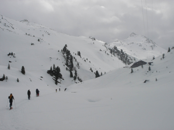 Chata na obzoru a za ní patrně hora Kröndlberg - 2400 m