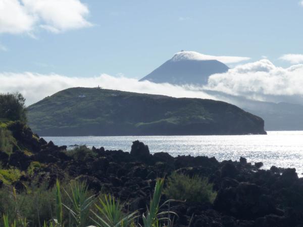 Teď už je vidět, že hora Pico je na jiném ostrově.