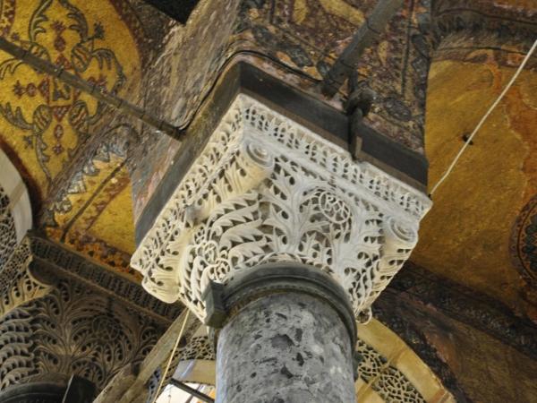 Detail koruny sloupu v mešitě Hagia Sophia