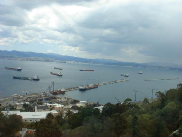 Gibraltarskou úžinou z a do Středozemního moře proplouvá hodně lodí.