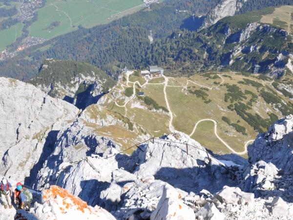 Pohled z vrcholku Alpspitze směrem k horní stanici lanovky Alpspitzbahn.