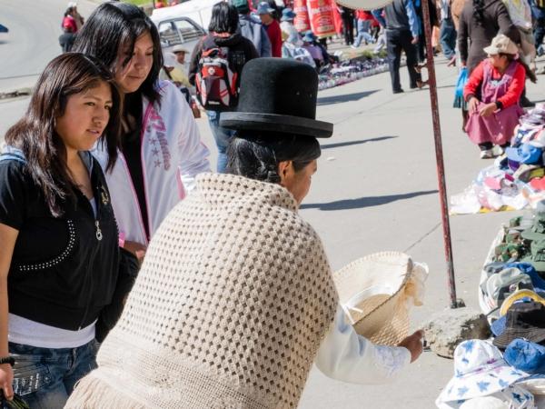 Prodavačka klobouků v buřince.