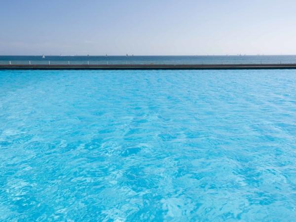 Vpředu bazén, vzadu moře.