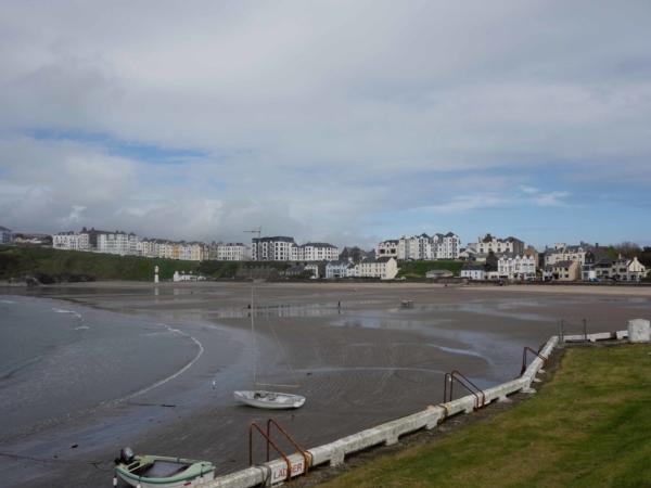 Pláž v městečku Port Erin za odlivu.