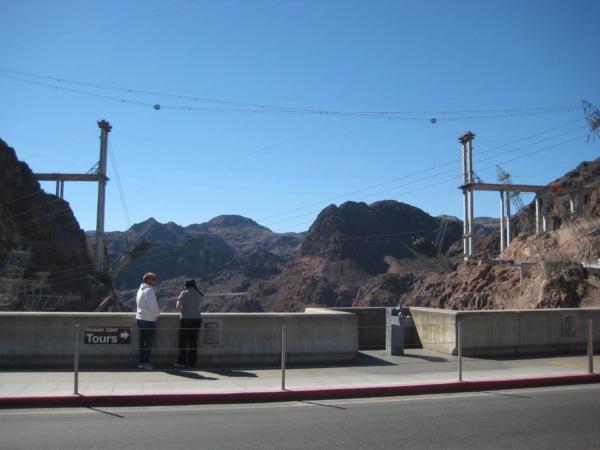 Pohled z hráze přehrady na novou dálnici.