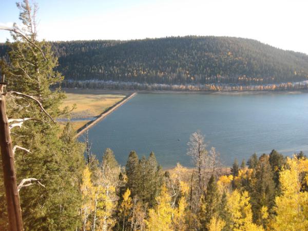 Jezero na náhorní plošině - Navajo Lake.