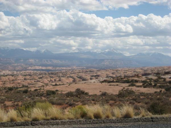V dáli La Sal Mountains.