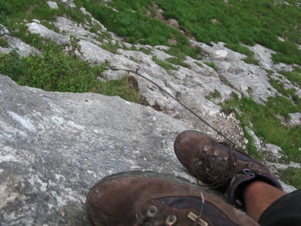 Oblíbený pohled dolů přes boty.