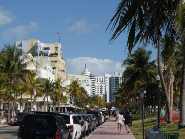 Pohled na Ocean Drive. Všude samé Art Deco.