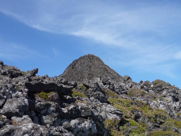 Už jen pár metrů na hranu kráteru a je vidět vrcholový kužel.