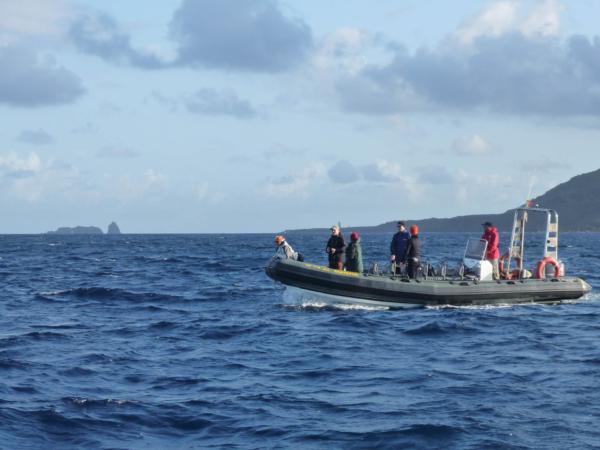 Kolegové na člunu Maisha.