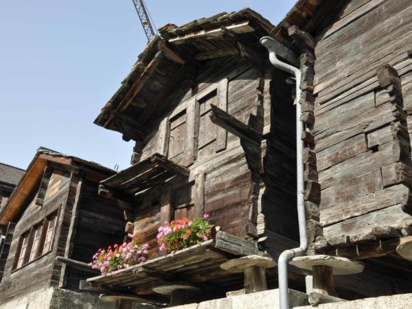 Typické stavby v Zermattu - takhle se bydlelo dříve. Dnes už ne.