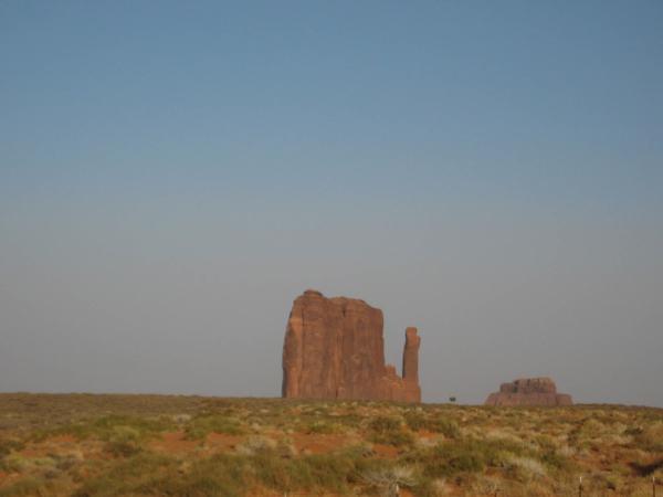 Na obzoru se vynořuje první notoricky známý monument - rukavice.