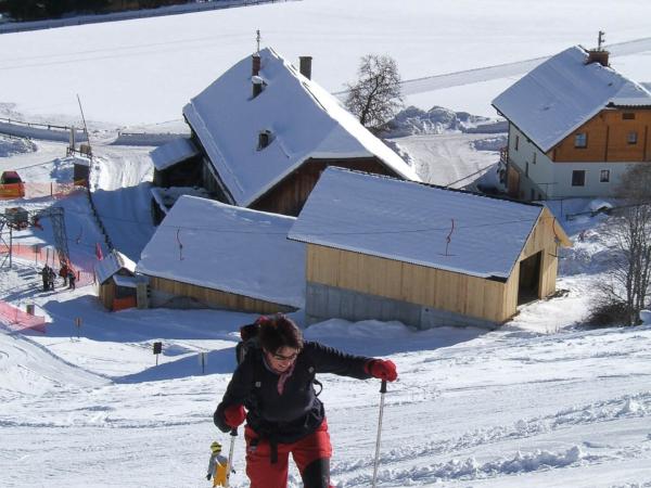 Olga zahájila cestu k cíli po sjezdovce, ale i tak je to dost do kopce.