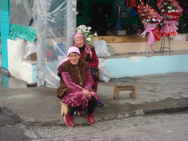 Už jsme na tržišti - dámy prodávající květiny.