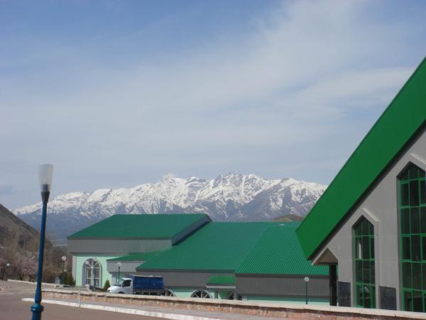 Výhled přes budovy hotelu k východu na kousek pohoří Ťan Šan.