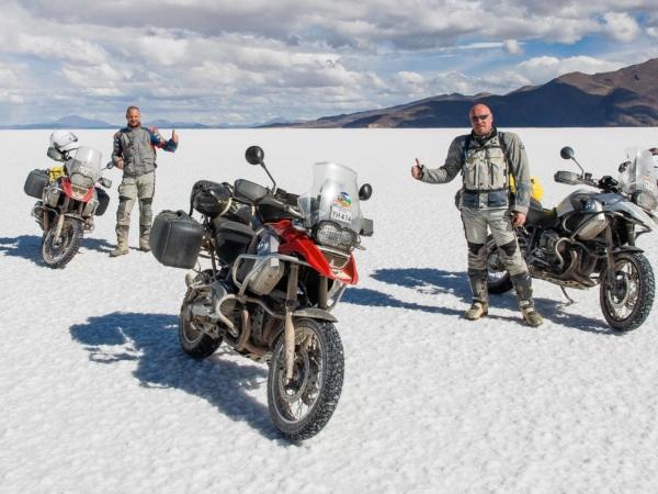 My a naše motorky. Jeli jsme po solné pláni rychlostí asi 100 km/h.
