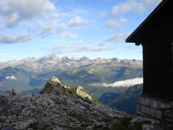 Pohled od chaty dolů do údolí.
