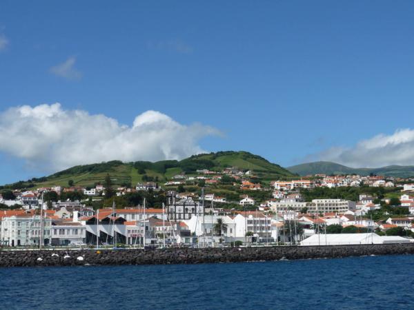 Pohled na městečko Horta a my už směřujeme k ostrovu Pico.
