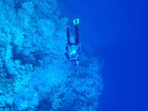 Na vnější straně Blue Hole. Pod nám několik set metrů.