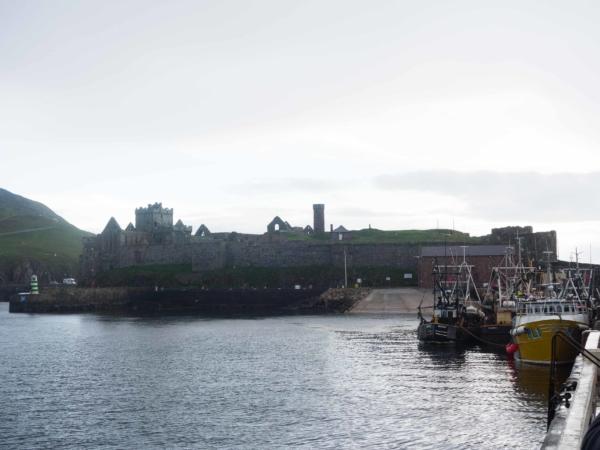 Pevnost a rybářský přístav v městečku Peel.