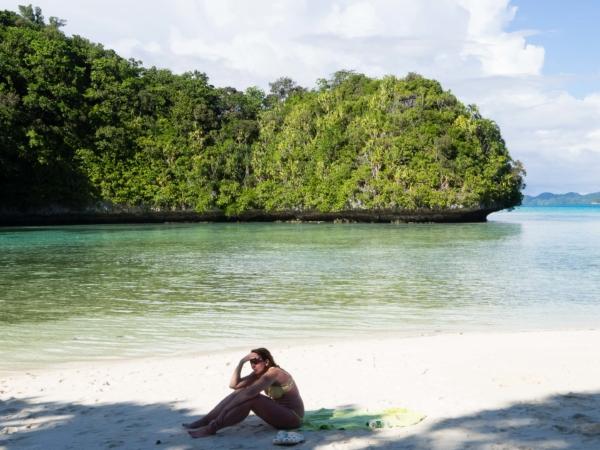 Relax po obědě a mezi ponory na bílé pláži.