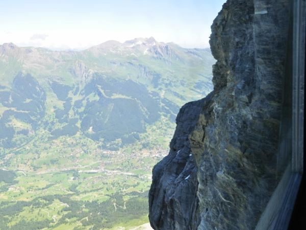 Okno v tunelu - výhled ze severní stěny Eigeru dolů ke Grindelwaldu