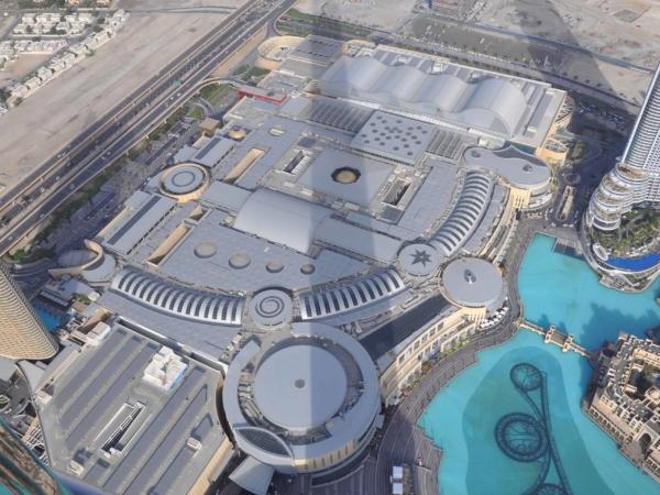 Pohled na gigantický Dubai Mall se stínem Burj Khalify.