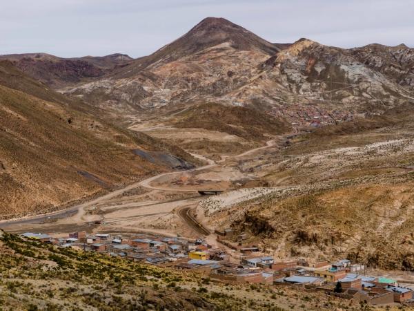 Městečko Porco - dole ve 4000 m je jedna část a a o 100 výše druhá.