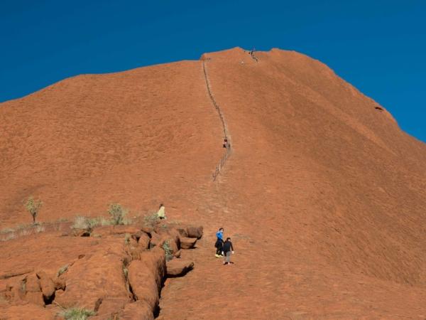 Na Uluru lze vystoupit - je to cca 300 výškových metrů.