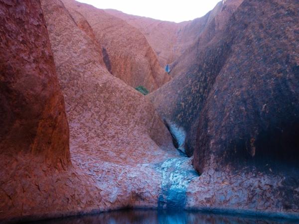 V jižní části skály Uluru v místě zvaném Mutitjulu waterhole.