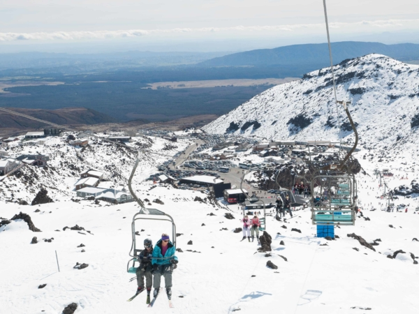 Pohled k dolním stanicím lanovek lyžeřského střediska Whakapa.