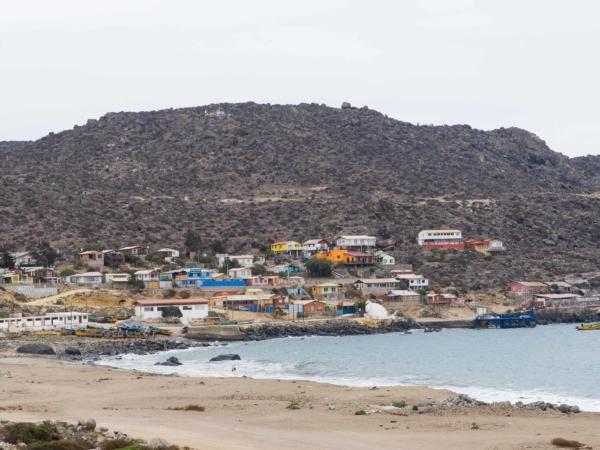 Pohled na vesnici na pobřeží.
