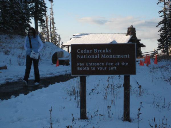 Vstup na vyhlídku v Cedar Breaks. Kasa už byla zavřená.