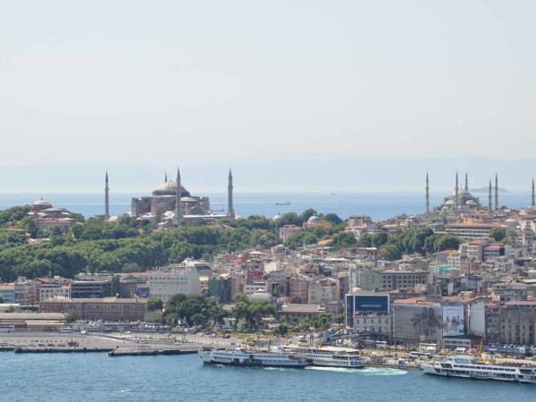 Výlet na staré město a mešity. Vlevo Hagia Sophia, vpravo Modrá mešita.