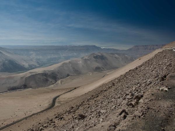 Sjíždíme z Altiplana z výšky 4000m k moři do Arica.