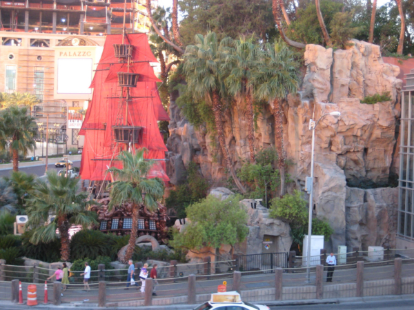 Loď u hotelu Treasure Island trochu zdálky.