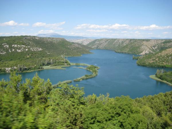 Krásný pohled na jezero Krky ze shora.