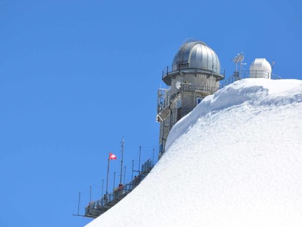 Observatoř v sedle Jungfrajoch. Sedlo je ve výšce 3.454 m