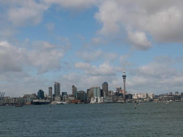 Pohled z severní části Aucklandu na centrum.
