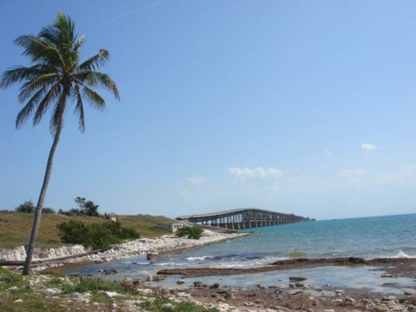 Pohled z pláže na starou silnici.