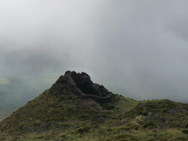 Cestou dolů, kráter využitý coby ohrada pro kozy.