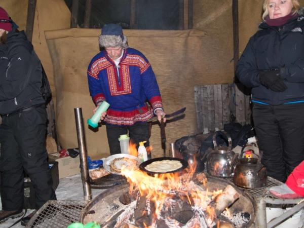 Na závěr náš průvodce ve stanu na ohništi vyráběl palačinky.