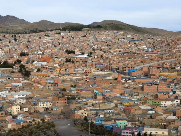 Pohled na Potosí vzadu nahoře historické centrum s místním Václavákem.
