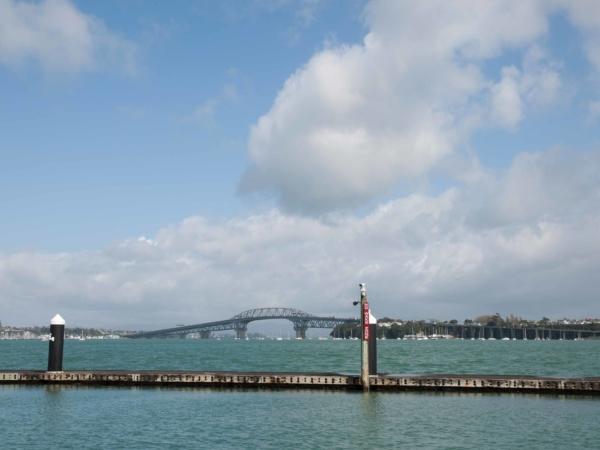 Auckland Harbour Bridge. Most spojující severní a jižní část Aucklandu.